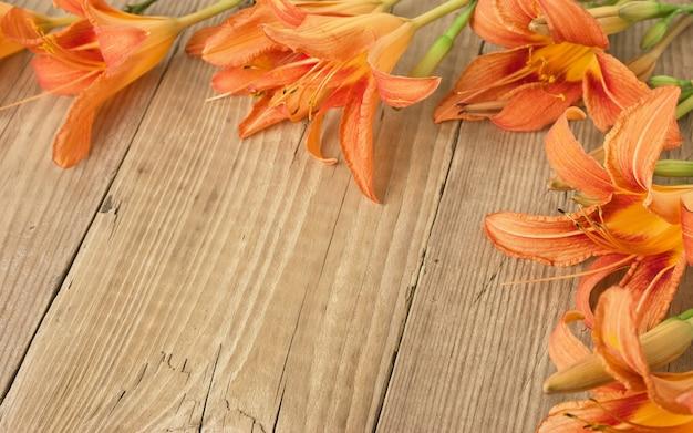 木製の背景の花