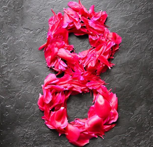 黒の背景に花。牡丹の花びらから8番目。国際女性の日の挨拶。広告や招待のアイデア。
