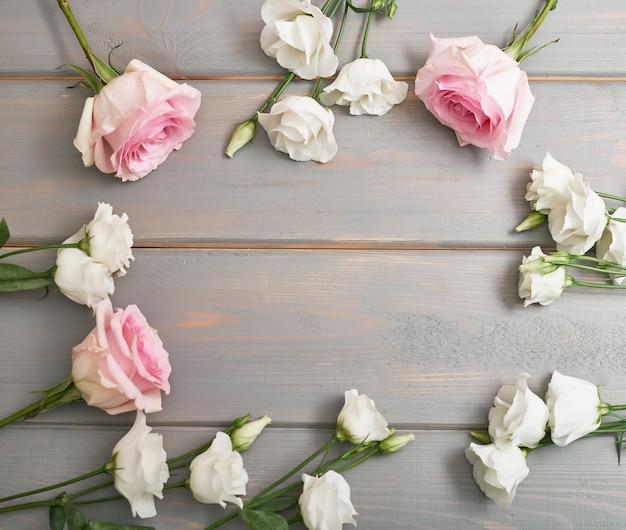 Цветы на сером фоне
