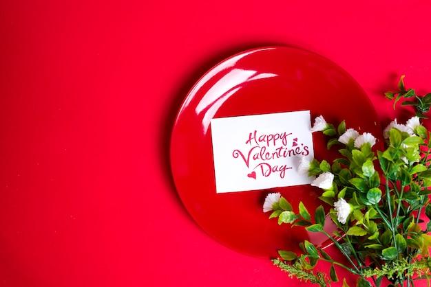 Цветы на красной тарелке.