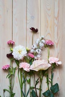 소박한 나무 판자 배경에 꽃