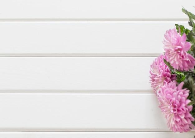 Цветы на белом фоне деревянные