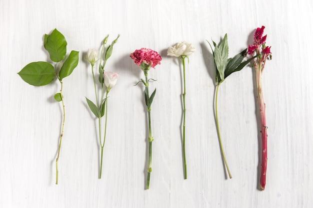 白い木製のテーブルの花