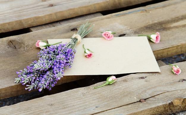 Цветы на деревянном фоне.