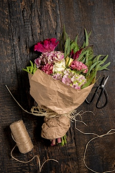 木製のテーブルの花