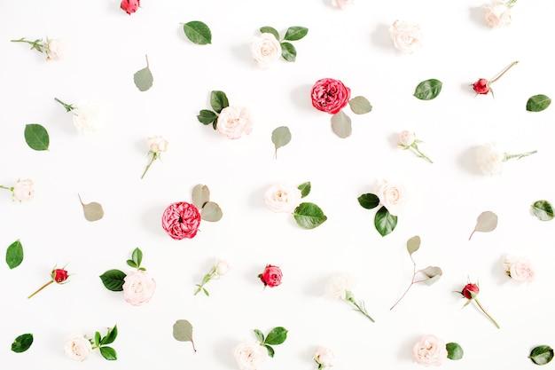 赤とベージュのバラ、緑の葉、白の枝で作られた花柄のテクスチャ