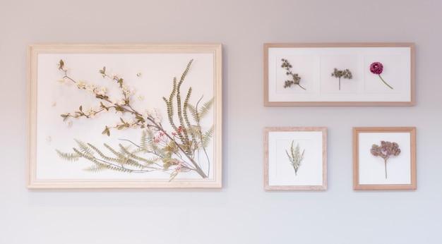 벽에 걸려있는 액자에 꽃 그림