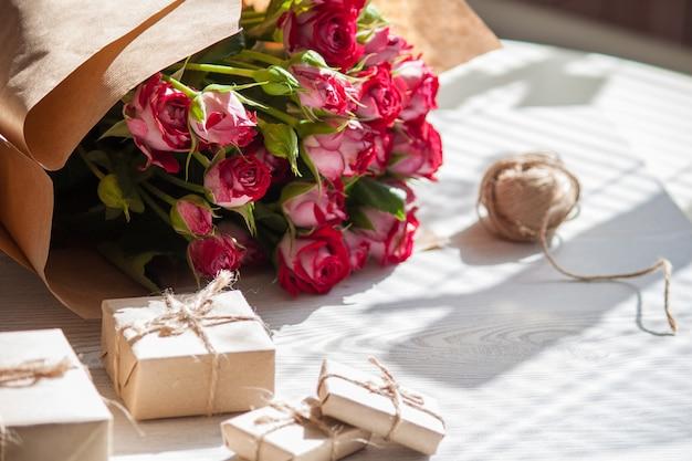 Цветы, подарочные коробки из экологически чистых материалов. естественная концепция для праздников.