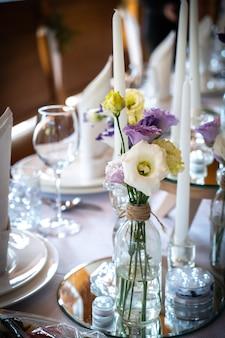新婚のお祝いの結婚テーブルのための花のレストランの装飾