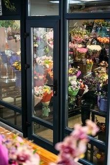 에어컨이 있는 특별한 냉장실 창고에서 판매되는 꽃 가게 냉장고 꽃