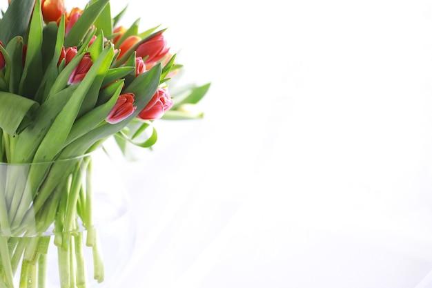 Цветы, весенние праздники и концепция домашнего декора - букет красивых тюльпанов, цветочный фон