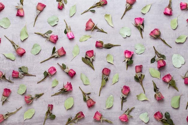 Цветы валентина композиция. рама изготовлена из розовой розы на сером фоне. плоская планировка, вид сверху, копия пространства.