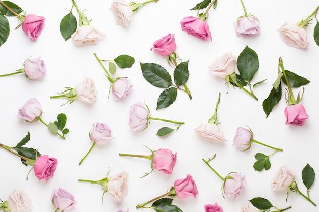 꽃 발렌타인 데이 구성. 회색 바탕에 핑크 로즈로 만든 프레임입니다. 평면 위치, 평면도, 복사 공간.