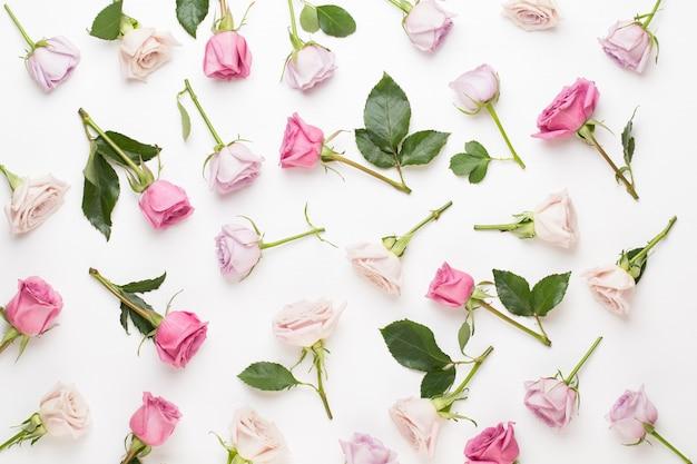 Цветочная композиция на день святого валентина. рама из розовой розы на сером фоне. плоская планировка, вид сверху, копия пространства.