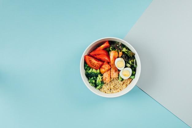 サーモンと魚のサラダボウル。健康的な食事、食品のコンセプト。 flstレイアウト、上面図、コピースペース