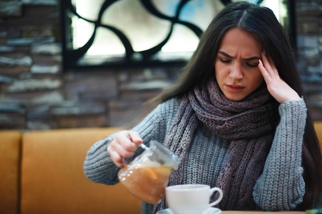 Симптом простуды или аллергии гриппа. больная молодая женщина имея простуду.