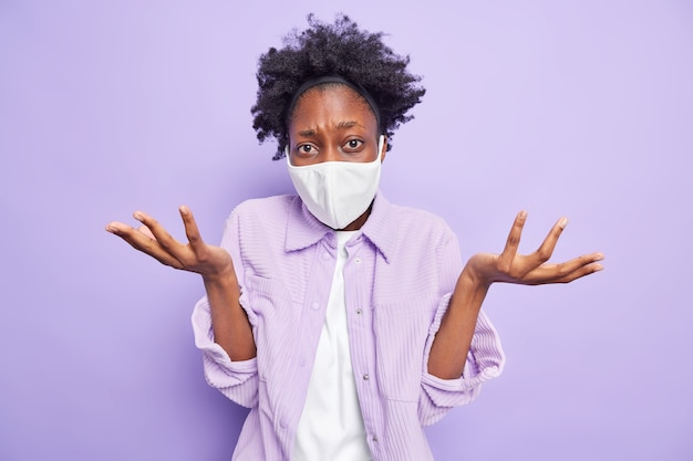 Epidemia di influenza e tempo di quarantena. donna indecisa esitante dalla pelle scura dark