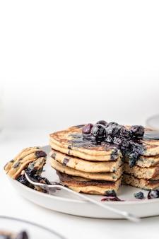 흰색 테이블에 아침 식사를 위해 무성한 블루 베리 팬케이크