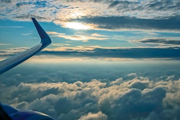 Пушистые облака из окна самолета в полете