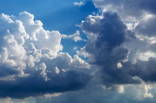 Пушистые облака в голубом небе. фон неба