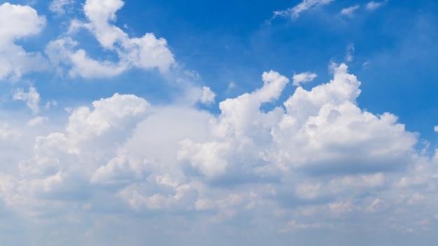 空のふわふわ雲パノラマ背景画像