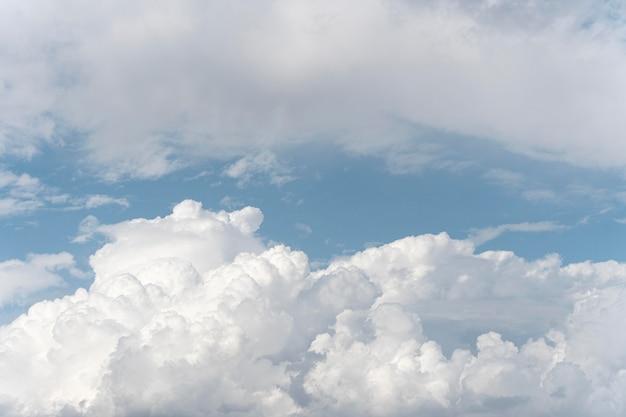 푸른 하늘에 솜털 구름