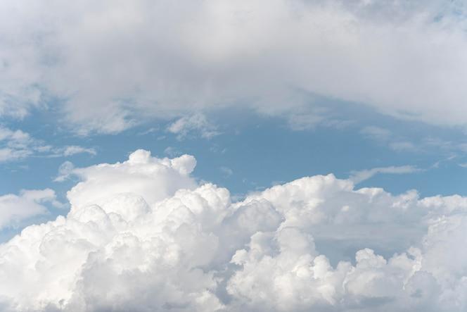 Пушистые облака на голубом небе