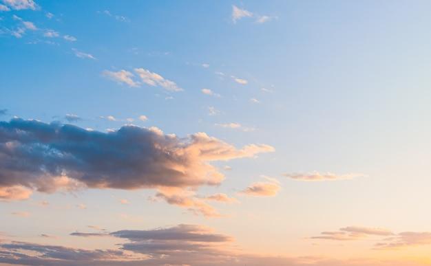 극적인 빛으로 일몰 배경에 솜 털 구름.