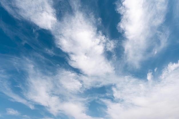 風の強い空にふわふわの雲
