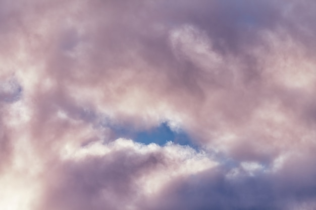 美しい紫とピンク色のふわふわ積雲、紺碧の曇り空