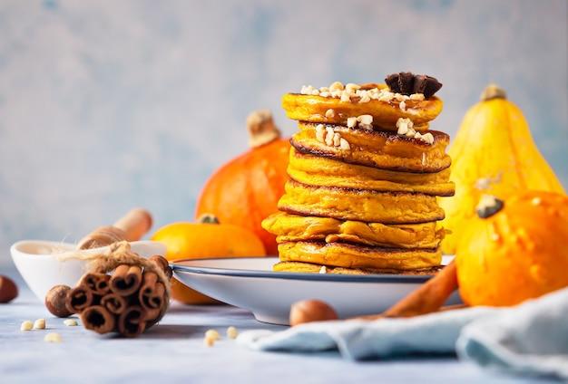 꿀과 견과류가 들어간 푹신한 매운 호박 팬케이크.