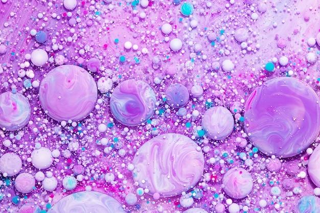 Жидкая художественная текстура. эффект абстрактной краски. жидкая акриловая картина, в которой текут пузыри. лаванда, аквамарин и переливающийся белый цвет.