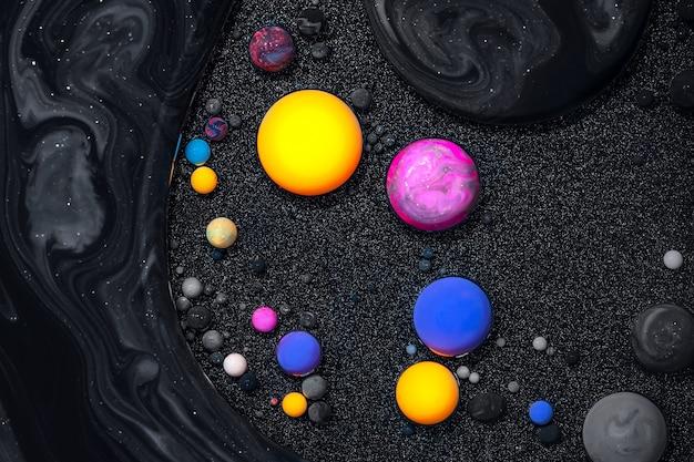 流動的なアートテクスチャ。抽象的な渦巻くペイント効果のある背景。絵の具と泡が混ざった液体アクリル絵の具。