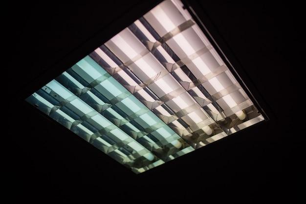 サイズの異なる4本のチューブの蛍光灯。あらゆる目的のために。