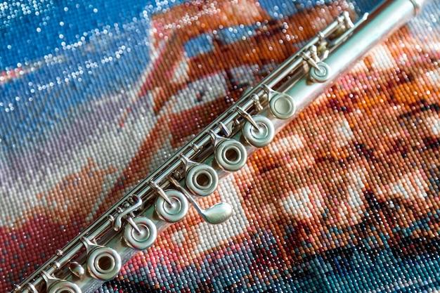 Флейта на ярком цветном фоне из бисера