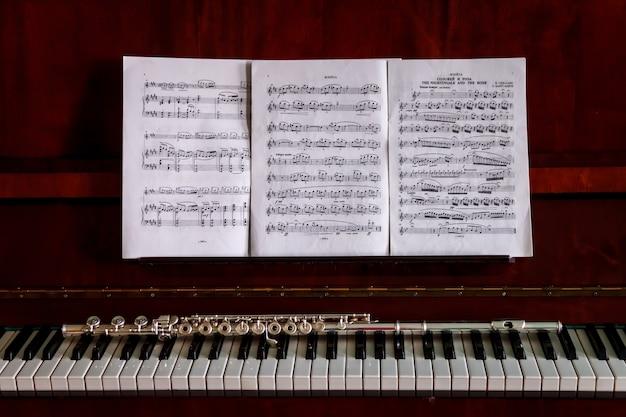 Флейта на клавишах пианино, духовой инструмент для музыкального оформления концертного творчества