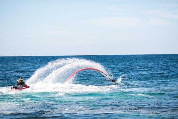 Всадник на доске летать в океане