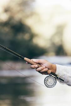 漁師の手で釣り竿を飛ばします。