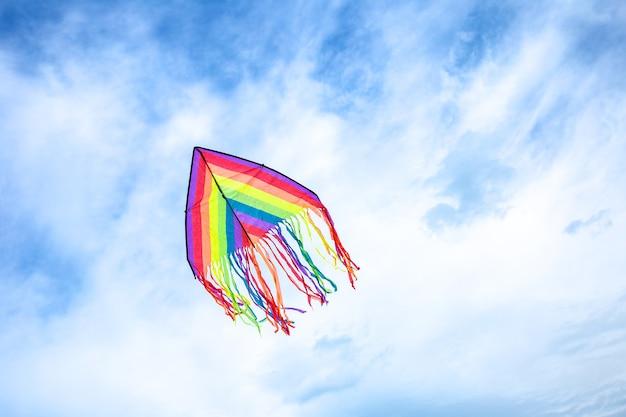 여름에 흰 구름과 푸른 하늘에 연 날리기