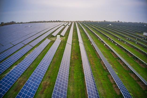 Пролетите над солнечной электростанцией на возобновляемых источниках энергии с солнцем в украине