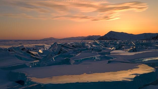 Пролетите над замерзшим озером байкал до мыса уншуй. озеро покрыто льдом.