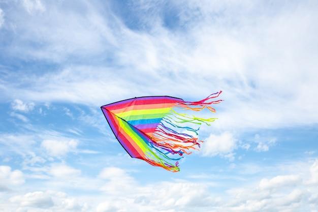 여름에 흰 구름과 푸른 하늘에 왼쪽 연을 날아