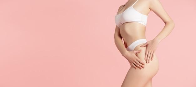Рекламный проспект. красивое женское тело на розовом