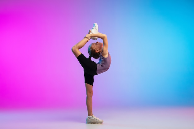 チラシ。 10代の少女、プロのランナー、アクションのジョガー、グラデーションピンクブルーで分離されたモーション