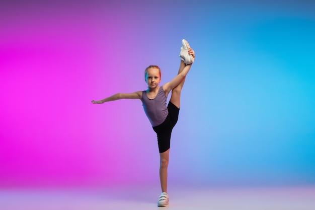 Листовка. девушка-подросток, профессиональный бегун, бегун в действии, движение, изолированное на градиенте розово-синий