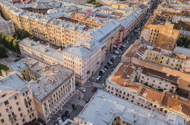 サンクトペテルブルク、ロシアの屋根の上を飛んでいます