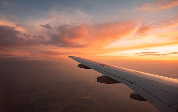 Полет над облаками, вид с самолета, мягкий фокус