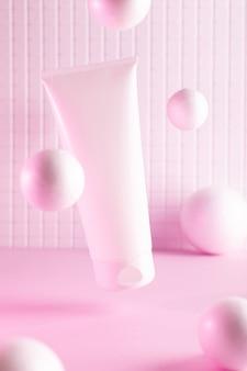 Летающая бутылка крема с летающими шарами в розовом неоновом свете, макет