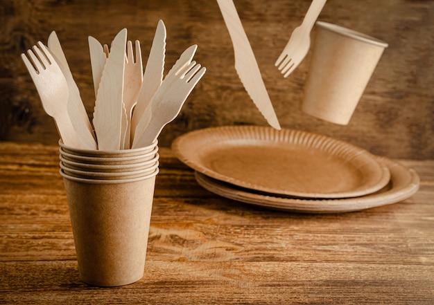 フライング使い捨て紙食器。環境に優しい、廃棄物ゼロ。コピースペース。
