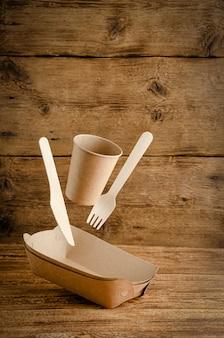 フライング使い捨て紙食器。環境への配慮のコンセプト。コピースペース。